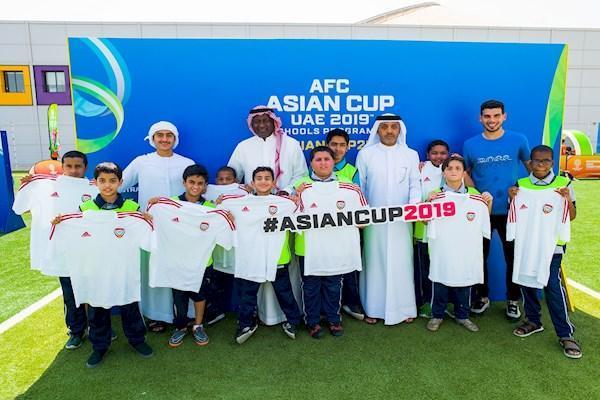 امارات آماده جام ملت ها ، پای دانش آموزان و زنان هم به میان آمد