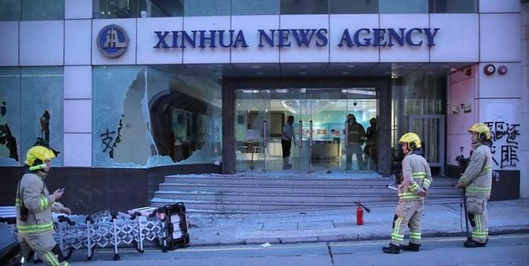 حمله معترضان هنگ کنگی به دفتر خبرگزاری چینی شینهوا