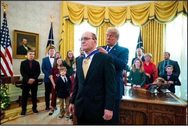 ترامپ مدال آزادی را به این فرد اهدا کرد