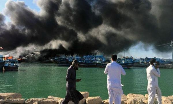 خبرنگاران سه فروند لنج صیادی در کنارک در آتش سوخت